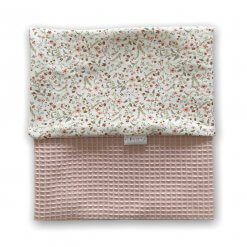 Ledikantdeken kleur roze met bloemen en wafel